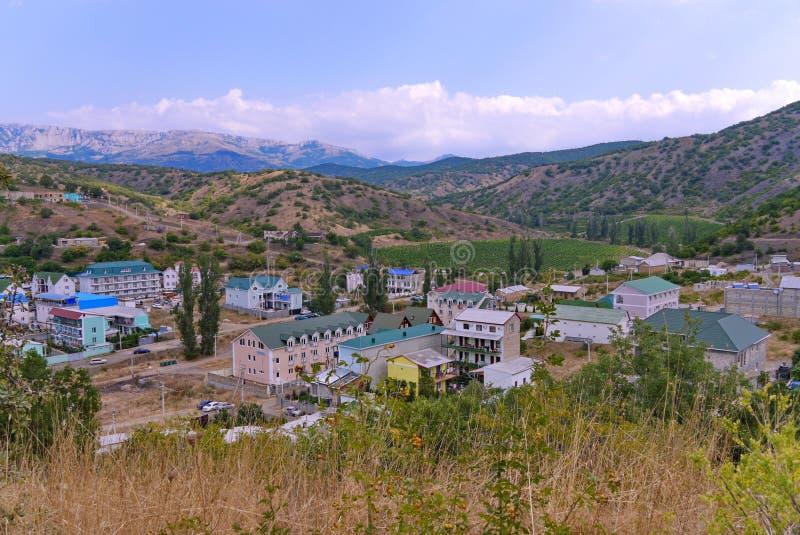 Case meravigliose della stazione termale al piede delle montagne di bobina contro il cielo blu Un posto da rilassarsi con l'inter immagine stock libera da diritti