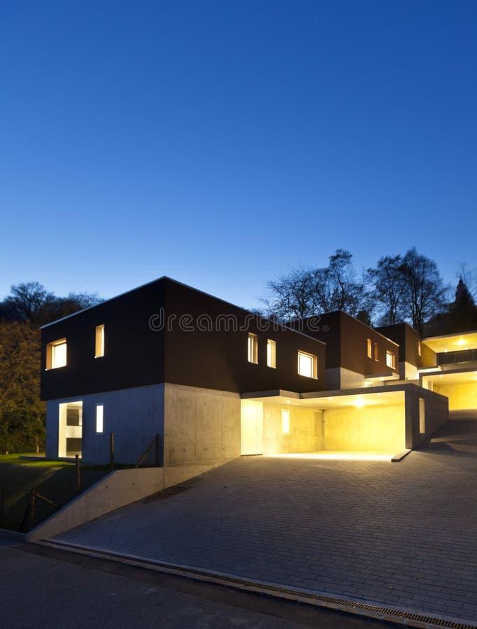 Case moderne esterne entro la notte immagine stock for Case esterne moderne