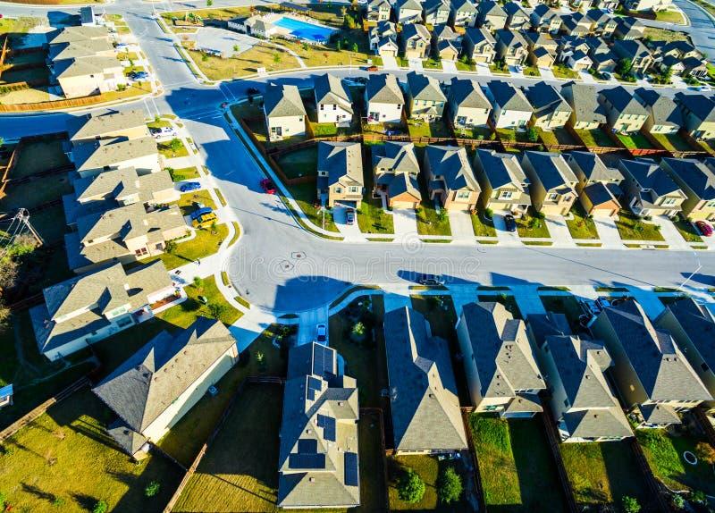 Case moderne vasto Texas Hill Country di periferia di vista dell'occhio del ` s dell'uccello dei pannelli solari fotografia stock libera da diritti