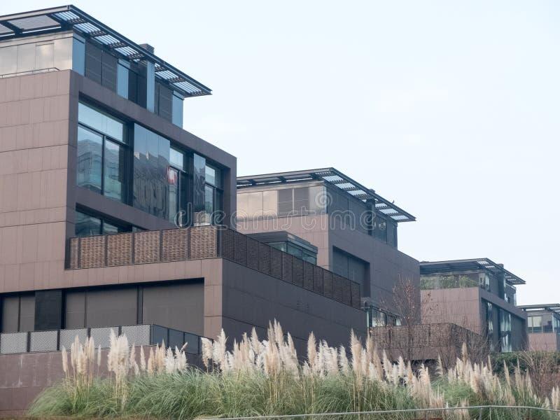 Case modulari moderne con i pati elevati fotografia stock for Case modulari con piani interrati