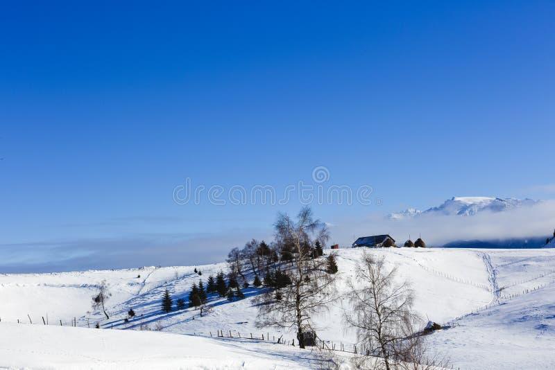 Case nelle montagne nell'inverno immagini stock