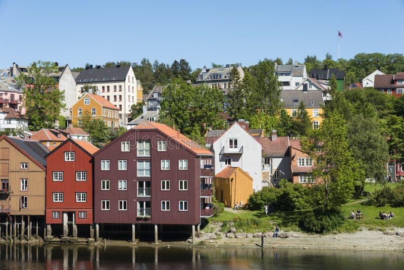 Case residenziali al fiume Trondeim di Nidelv fotografie stock