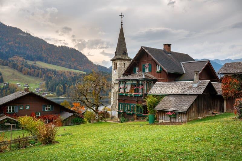 Case residenziali di legno tradizionali sulla riva del lago Grundlsee un giorno nuvoloso di autunno Città di Grundlsee, Stiria, A fotografia stock libera da diritti