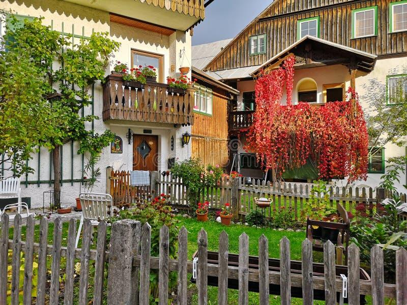 Case residenziali incantanti un giorno soleggiato di autunno Cattivo Aussee, Stiria, Austria immagini stock libere da diritti