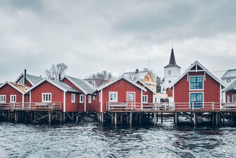 Case rosse tradizionali di rorbu in Reine, Norvegia fotografia stock libera da diritti