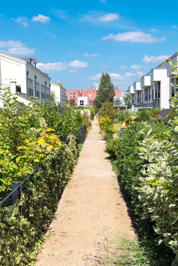 Case a schiera moderne con i giardini immagini stock