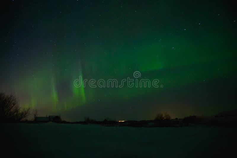 case sotto il cielo con l'aurora borealis spettacolare fotografia stock