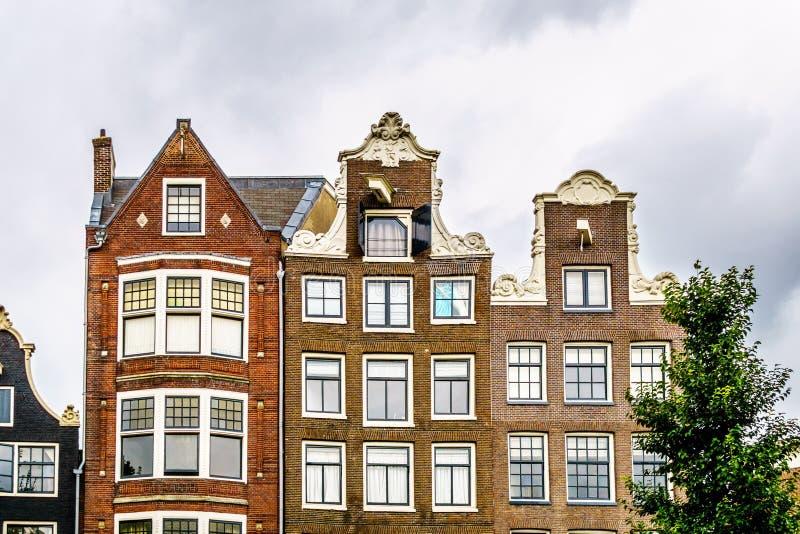 Case storiche con i timpani del collo e del becco a Amsterdam fotografie stock libere da diritti