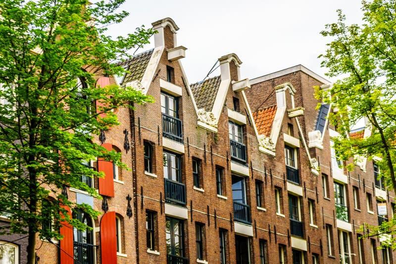 Case storiche ristabilite con i timpani del becco a Amsterdam immagine stock