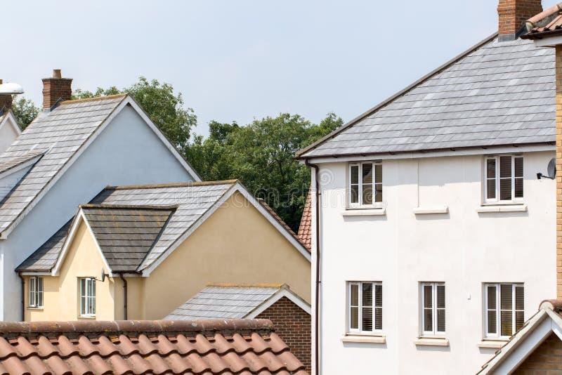 Case suburbane viventi dell'insediamento del contemporaneo Englis moderno fotografie stock libere da diritti