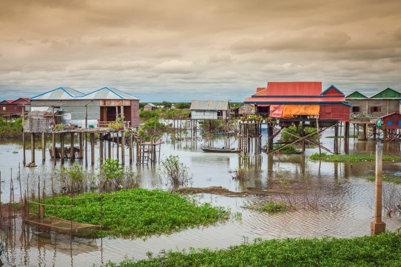 Case sui trampoli sul villaggio di galleggiamento del Kampong Phluk, Tonle fotografie stock libere da diritti