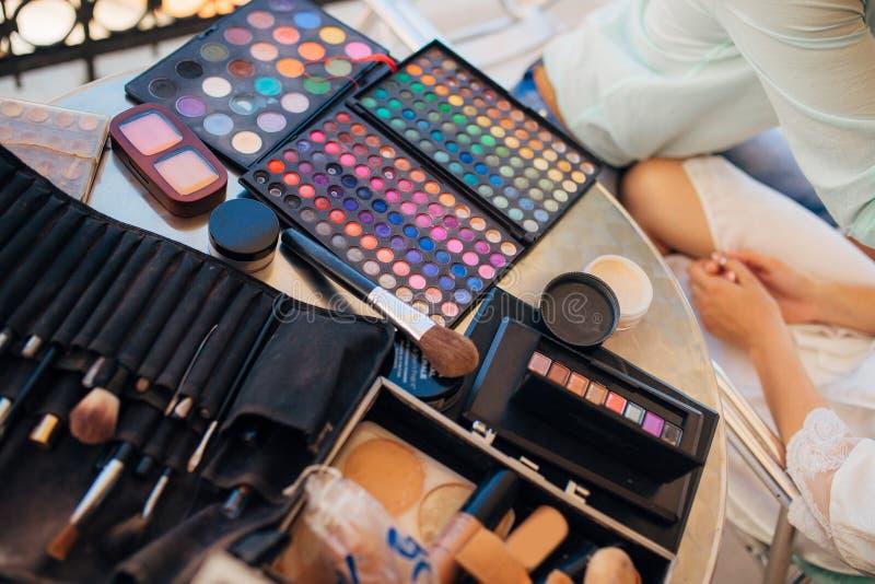 Case uppsättningen för makeupkonstnär A av borstar, pulver, fundament Verktyg royaltyfri foto