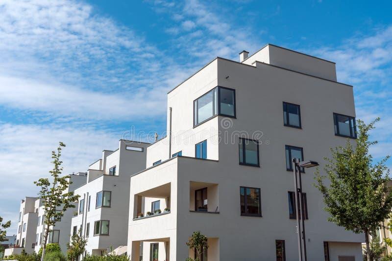 Case urbane moderne sotto un cielo blu fotografia stock for Case bianche moderne