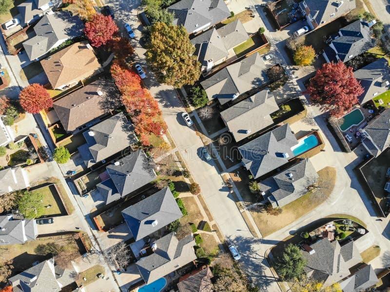 Case urbane di suddivisione di vista aerea con le foglie di autunno e dello stagno vicino a Dallas fotografia stock libera da diritti