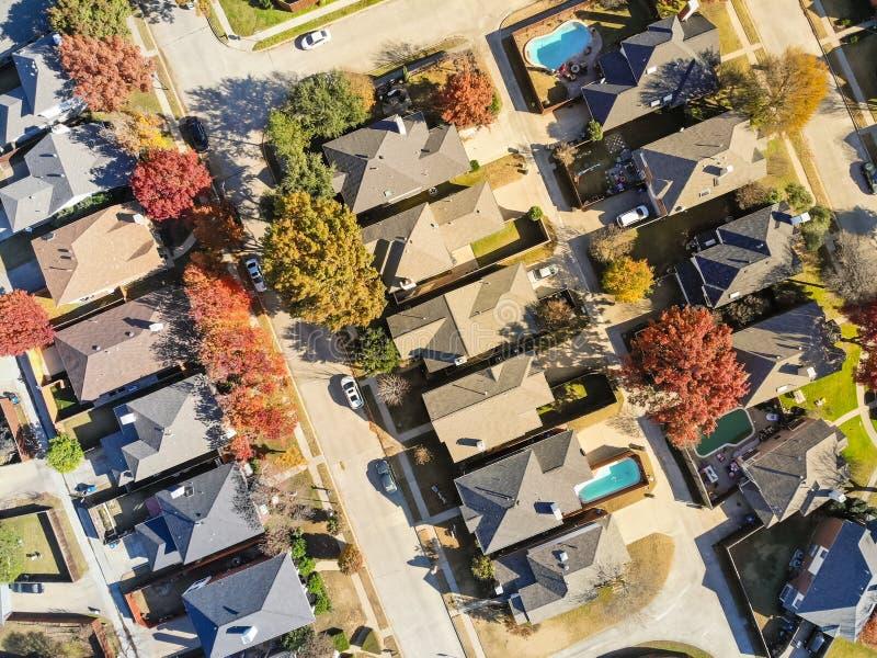 Case urbane di suddivisione di vista aerea con le foglie di autunno e dello stagno vicino a Dallas immagini stock