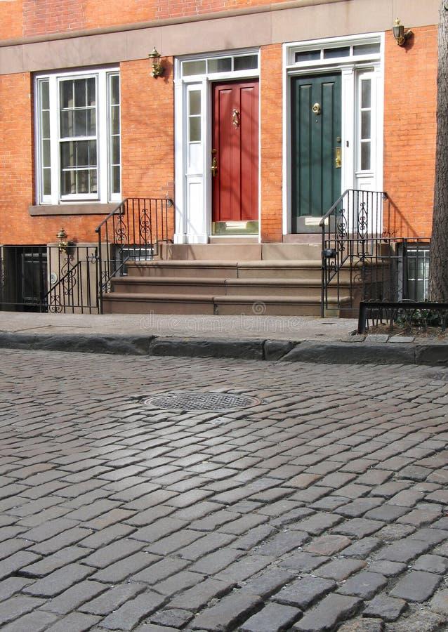Case urbane sulla via del cobblestone immagine stock libera da diritti