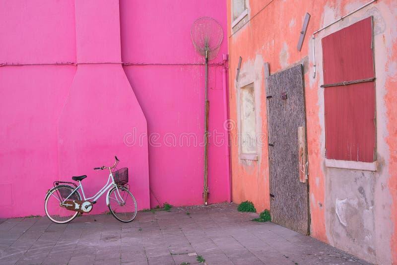 Case variopinte dell'isola di Burano Venezia Via tipica con la lavanderia d'attaccatura alle facciate delle case variopinte fotografia stock libera da diritti