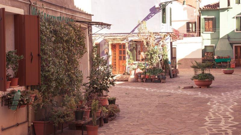Case variopinte dell'isola di Burano Venezia Via tipica con la lavanderia d'attaccatura alle facciate delle case variopinte fotografie stock libere da diritti