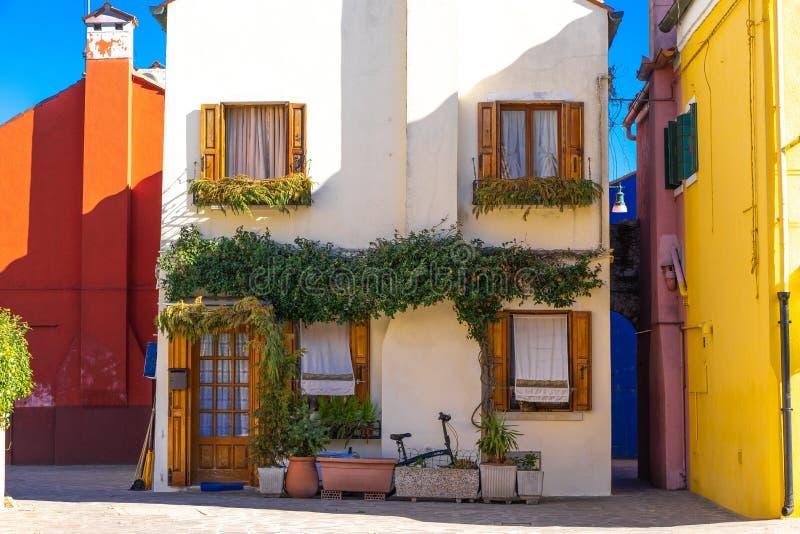Case variopinte dell'isola di Burano Venezia Via tipica con la lavanderia d'attaccatura alle facciate delle case variopinte fotografia stock