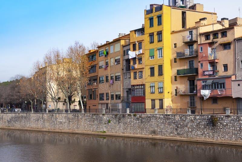 Case variopinte di Girona nel centro dell'argine dell'en della città del fiume di Onyar fotografia stock libera da diritti