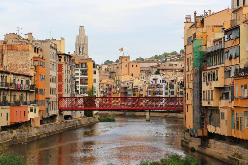 Case variopinte e ponte di Eiffel sul fiume Onyar a Girona immagini stock libere da diritti