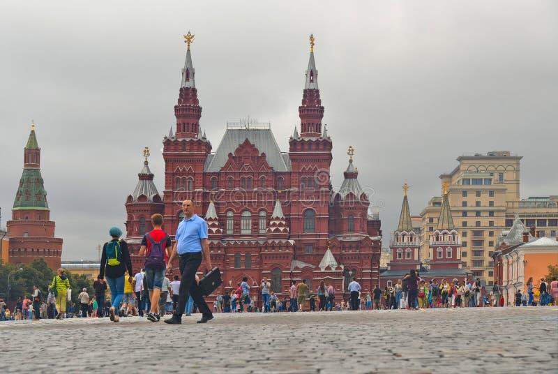 Case variopinte e vecchia architettura in quadrato rosso a Mosca, Russia fotografie stock libere da diritti