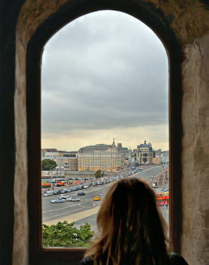 Case variopinte e vecchia architettura in quadrato rosso a Mosca, Russia immagini stock libere da diritti