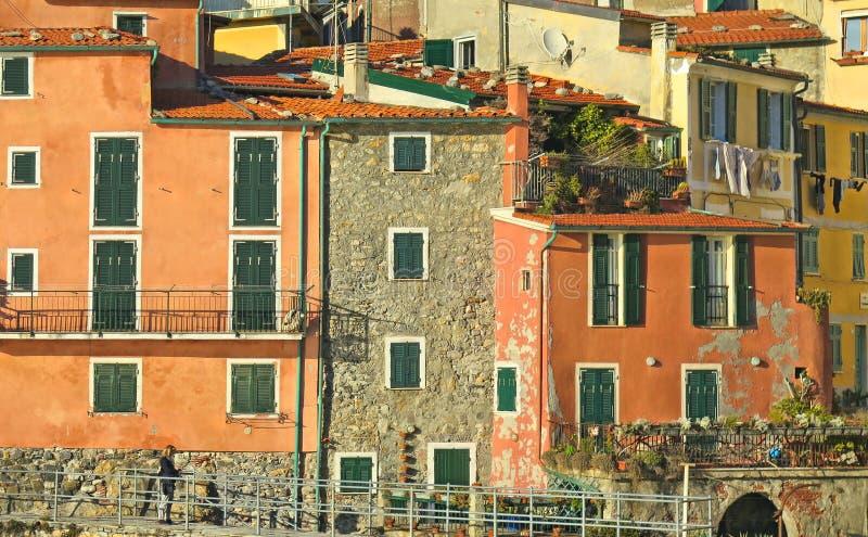 Case variopinte e vecchia facciata in piccolo villaggio Tellaro in Liguria, Italia fotografia stock