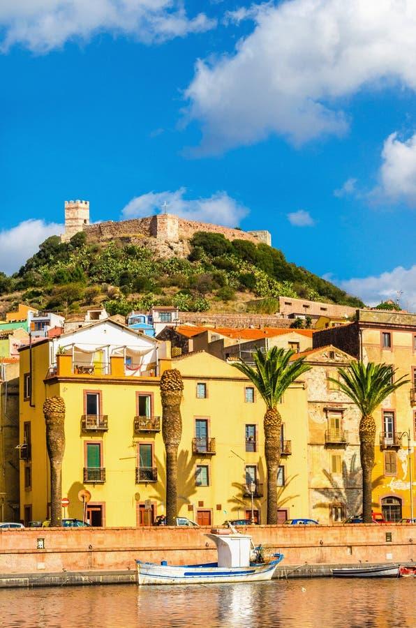 Case variopinte e vecchia fortificazione sopra Bosa, Sardegna, Italia, Europa fotografia stock libera da diritti