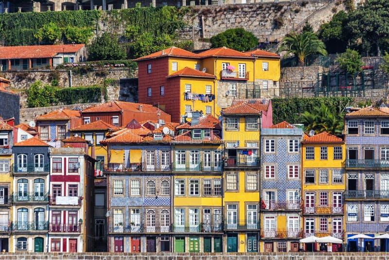 Case variopinte storiche tradizionali, la città di Oporto sulle banche del fiume il Duero portugal immagini stock libere da diritti