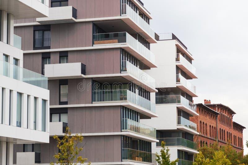 Case viventi di progettazione contemporanea Costruzioni di appartamenti di lusso moderne fotografia stock libera da diritti