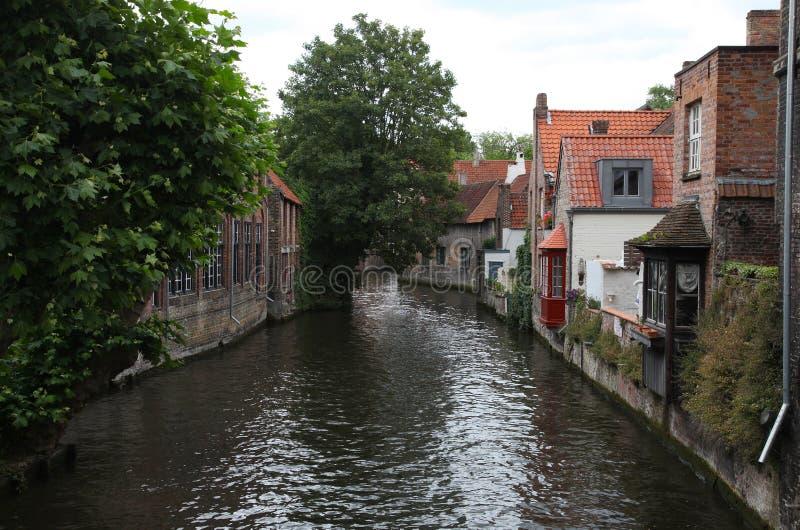 Case viventi sui canali storici di Bruges fotografie stock