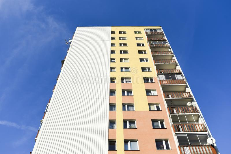 Caseggiato a Varsavia, architettura del post comunista fotografie stock libere da diritti