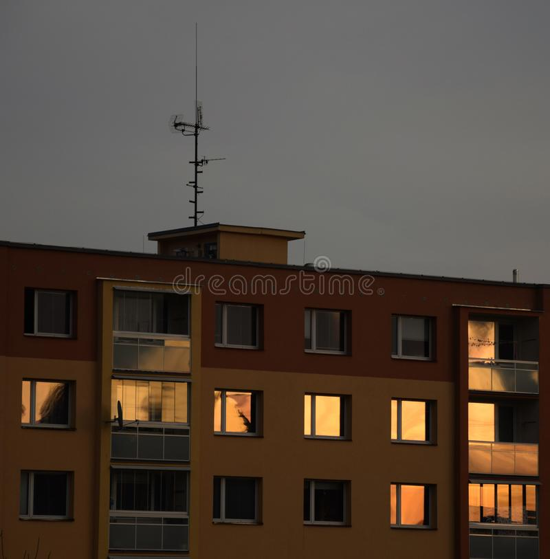 Caseggiato - Windows nel tramonto immagine stock