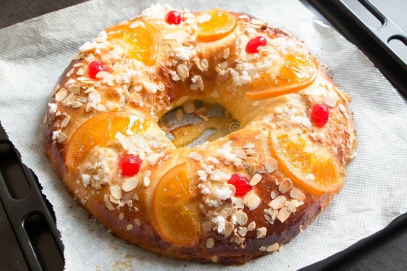 ` Caseiro de Roscon de Reyes do `, sobremesa típica do espanhol do esmagamento fotografia de stock