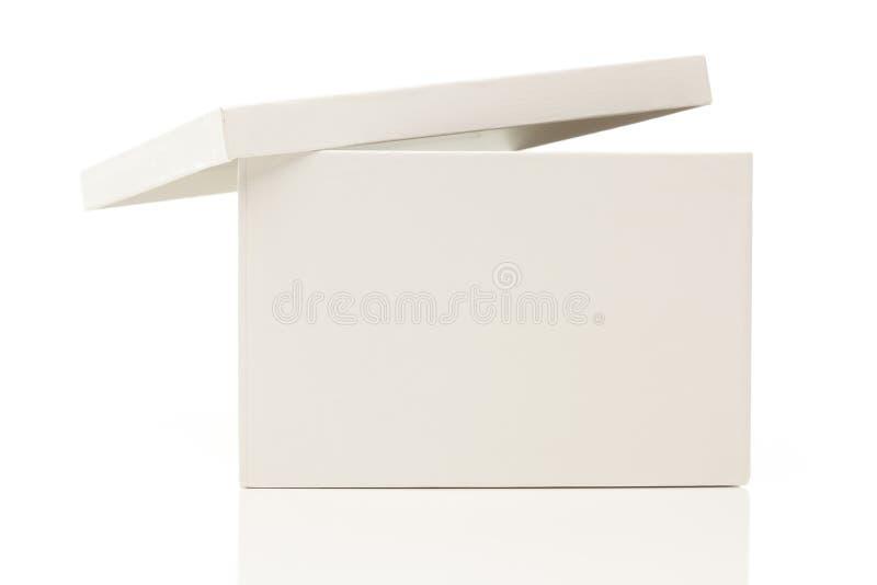 Casella bianca in bianco con il coperchio su bianco immagini stock libere da diritti