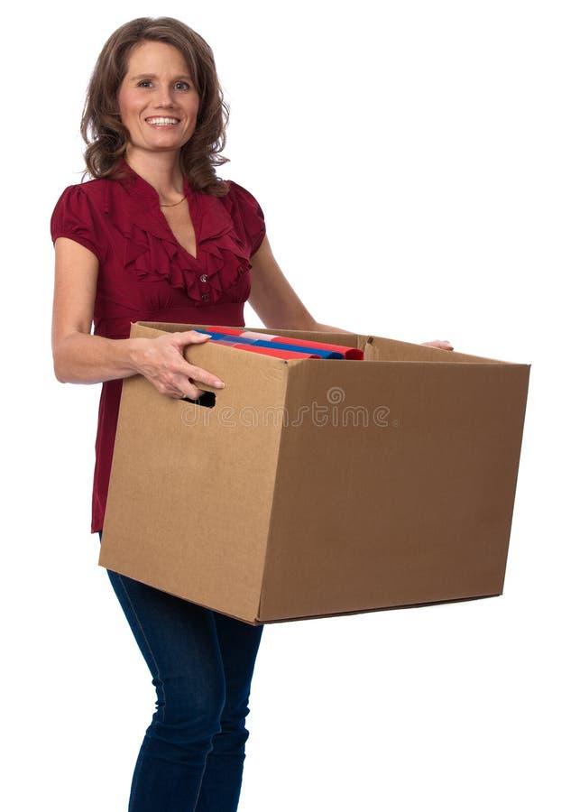 Casella commovente di trasporto sorridente della donna con i raccoglitori immagine stock
