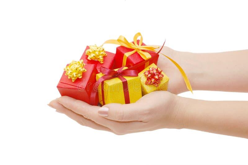 Casella con un regalo in una mano immagini stock libere da diritti