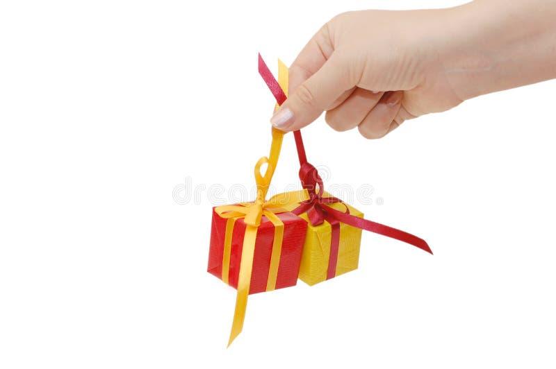 Casella con un regalo in una mano fotografia stock