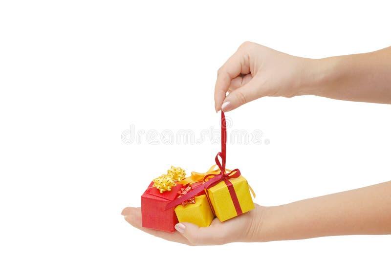 Casella con un regalo in una mano fotografia stock libera da diritti