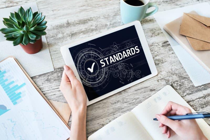 Casella di controllo di controllo dello standard di qualit? sullo schermo Concetto di tecnologia e di affari fotografia stock