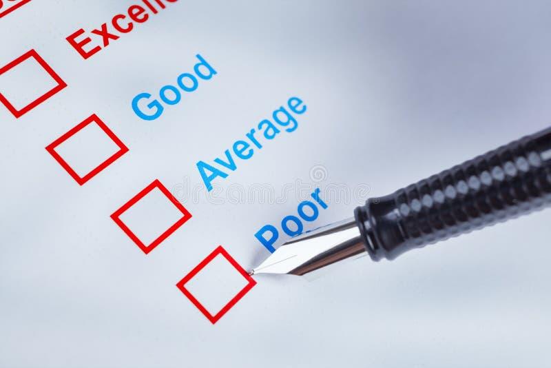 Casella di controllo di indagine di soddisfazione del cliente con la valutazione e il pointi della penna fotografie stock libere da diritti