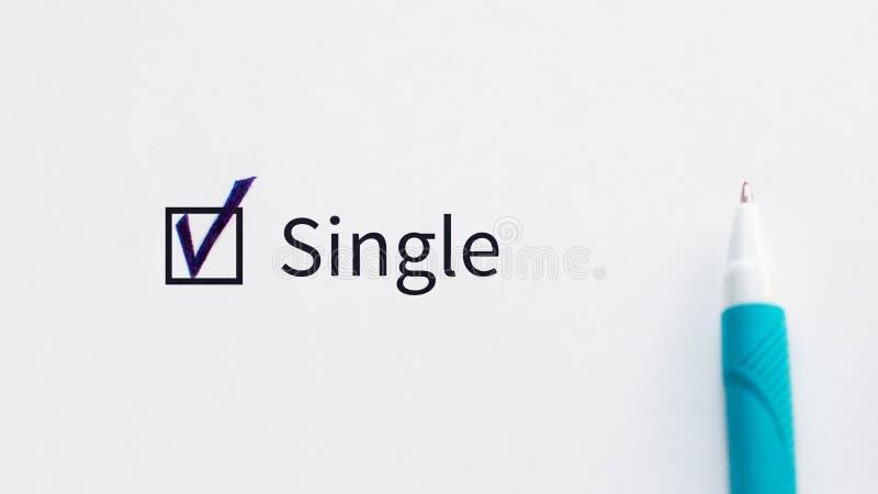 Casella di controllo unica con un segno di spunta su Libro Bianco con la penna blu Concetto della lista di controllo fotografie stock libere da diritti