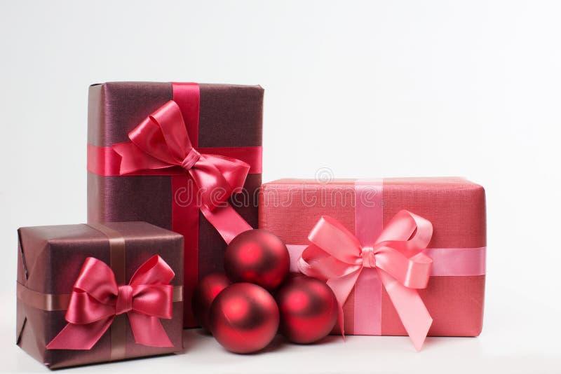 Caselle con i regali isolati su priorità bassa bianca fotografia stock