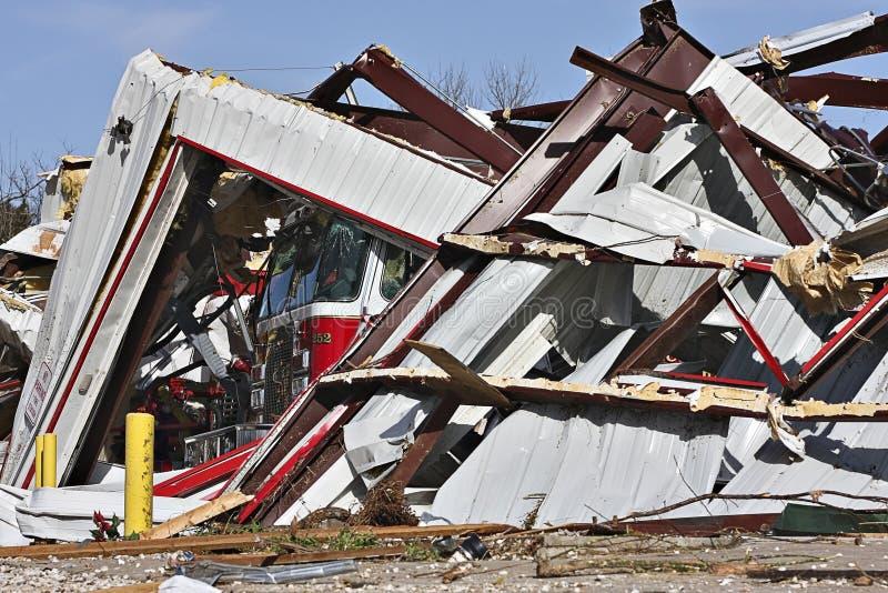 Caserma dei pompieri, camion distrutto dal tornado fotografie stock