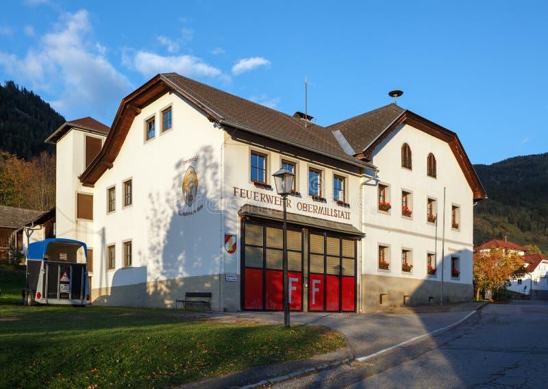 Caserma dei pompieri nel villaggio alpino Obermillstatt l'austria fotografia stock libera da diritti