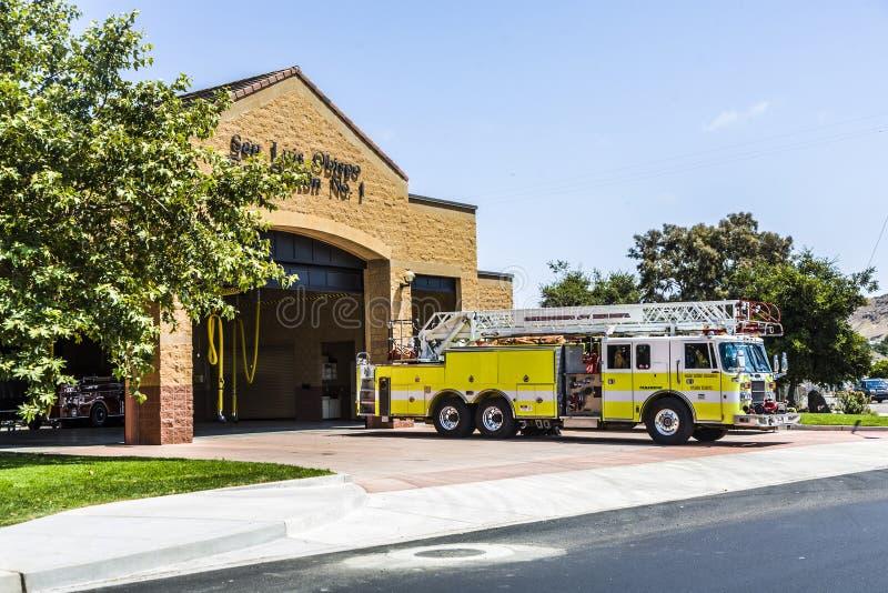 Caserne de pompiers de San Luis Obispo avec la voiture de secours image libre de droits
