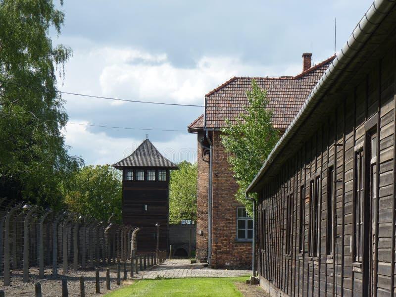 Casernes, barrière et tour de guet dans l'ancien camp de concentration auschwitz photos libres de droits