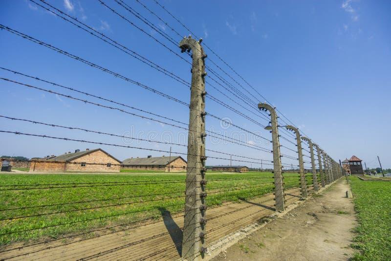 Casernes environnantes de barrière et de tour de guet dans le camp de concentration d'Auschwitz-Birkenau, Pologne photographie stock