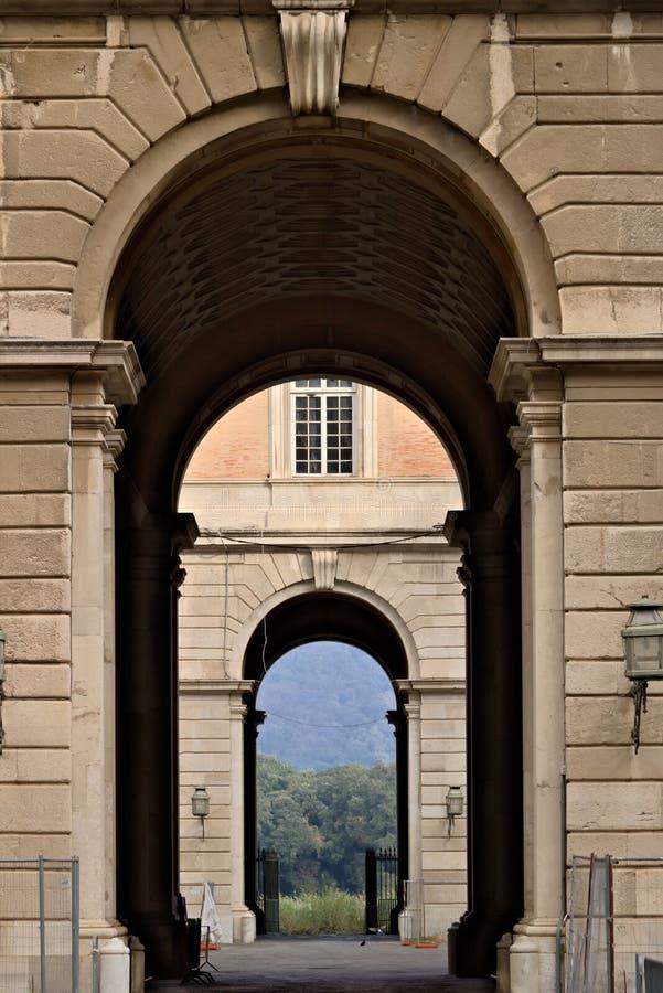 Caserta, Itali? 27/10/2018 Toegangspoorten aan de binnenplaatsen van Royal Palace van Caserta Itali? stock foto